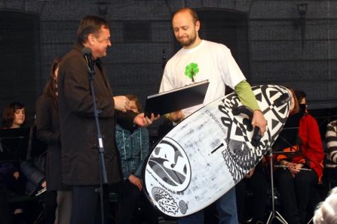 """Aprila 2010 prejemam nagrado na najboljši esej: """"Filozofija uživanja na surfu"""" (foto: Ivan Škrlec)."""